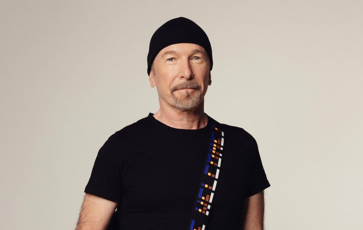 U2のジ・エッジ、難民の女性が救命胴衣をリサイクルしたギター・ストラップを発売