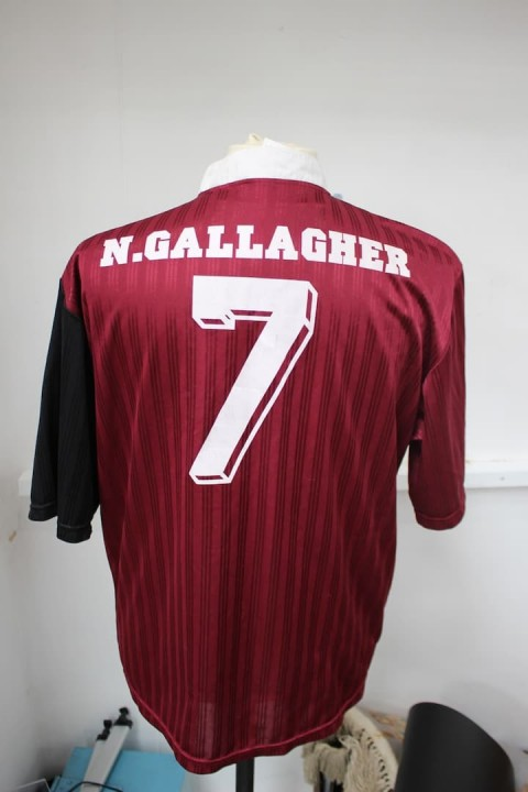 Noel-Gallagher-football-shirt-credit-HANSONS